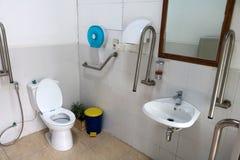 Salles de bains handicapées avec tous les équipements Photographie stock libre de droits