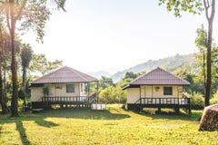 Salles de repos avec la vue pittoresque des crêtes de montagne photos libres de droits