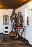 Salles intérieures du château médiéval de son en Roumanie Chevalier antique Armor au château de Dracula photo stock
