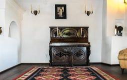 Salles intérieures du château médiéval de son en Roumanie Meubles antiques dans l'appartement du vampire légendaire Dracula image stock