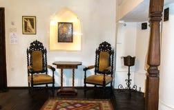 Salles intérieures du château médiéval de son en Roumanie Meubles antiques dans l'appartement du vampire légendaire Dracula images stock
