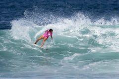 Sally Fitzgibbons que practica surf en el Triple Crown Imagen de archivo