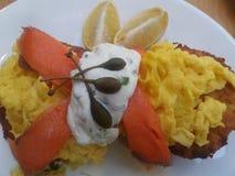 Salmão fumado com alcaparras e queijo creme dos ovos mexidos Foto de Stock Royalty Free
