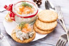 Salmão fumado, queijo macio e propagação do aneto Foto de Stock