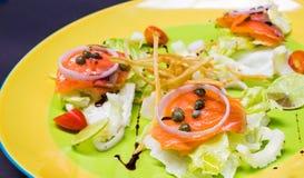 Salmón ahumado con la ensalada fresca Foto de archivo