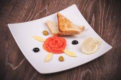 Salmón ahumado y tostadas en la placa blanca Fotos de archivo