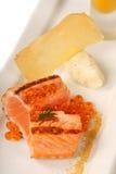 Salmões asiáticos Seared com sopa do caviar e da abóbora fotografia de stock