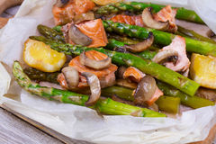 Salmões, aspargo, e cogumelos no pergaminho Fotografia de Stock