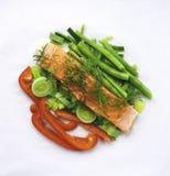 Salmões com vegetais fotos de stock royalty free