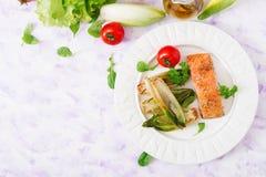 Salmões cozidos com ervas italianas e decorados com chicória Foto de Stock