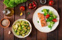 Salmões cozidos dos peixes decorados com brócolis e tomate Menu dietético fotografia de stock