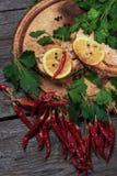 Salmões cozidos suculentos com limão e ervas Fotos de Stock Royalty Free