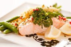 Salmões cozinhados com vegetais Fotos de Stock