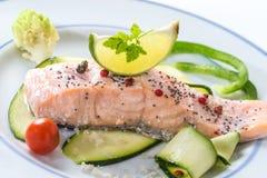 Salmões cozinhados com vegetais fotografia de stock royalty free