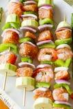 Salmões e camarão Skwers preparado para o BBQ Fotografia de Stock Royalty Free