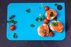 Salmões frescos no baguette fino com salsa na parte superior Fotografia de Stock Royalty Free