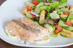 Salmões grelhados com salada do limão e do aspargo Foto de Stock