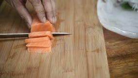 Salmões japoneses do sashimi do alimento da fatia asiática do cozinheiro chefe video estoque