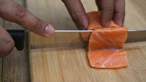 Salmões japoneses do sashimi do alimento da fatia asiática do cozinheiro chefe vídeos de arquivo