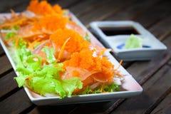 Salmões japoneses do Sashimi do alimento com wasabi na tabela de madeira Imagens de Stock Royalty Free
