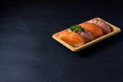 Salmões japoneses do sushi no preto Fotos de Stock