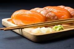Salmões japoneses do sushi no preto Fotografia de Stock