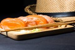 Salmões japoneses do sushi no preto Imagem de Stock Royalty Free