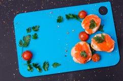 Salmões no pão francês com salsa na parte superior Imagens de Stock