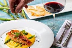 Salmões no polenta com aspargo alimentação do restaurante imagens de stock royalty free