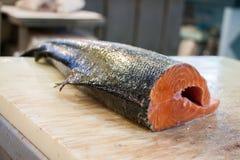 Salmões para a venda na loja dos peixes imagem de stock royalty free