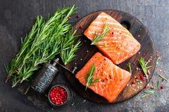 Salmões Peixes salmon frescos Faixa de peixes salmon crua Foto de Stock