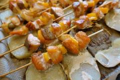 Salmões roasted deliciosos em espetos fotografia de stock
