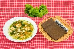 Salmões saudáveis da sopa dos peixes, salada verde fresca e bre inteiro da grão Imagens de Stock
