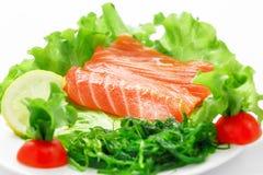 Salmões, vegetais, alface, tomate e salmões do Sashimi fotografia de stock
