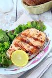 Salmões vermelhos dos peixes grelhados com limão Fotos de Stock Royalty Free