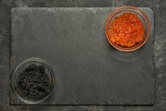 Salmões vermelhos e caviar preto do stugeon Fotos de Stock Royalty Free