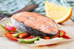 Salmões vermelhos em vegetais, abobrinha dos peixes do bife, pimenta doce Foto de Stock