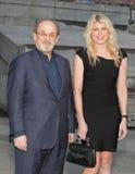 Salman Rushdie e Mary Ostrum Foto de Stock