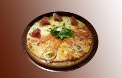 Salmaon do fumo e de presunto de Parma pizza Fotografia de Stock Royalty Free