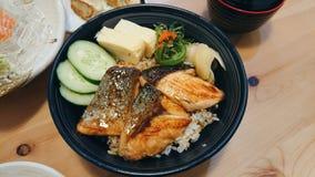 salmon†‹grill†‹with†‹Reis Stockfotos