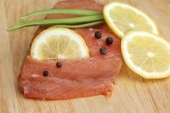 Salmon выкружка с лимоном и специями на деревянной доске Стоковые Фотографии RF
