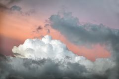 Salmon заход солнца - драматические облака и красочное небо Стоковые Фотографии RF