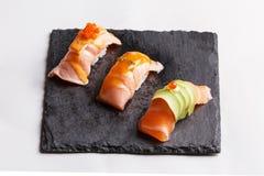 Salmon комплект суш, который служат на каменной плите Стоковые Фотографии RF