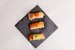 Salmon комплект суш, который служат на каменной плите Стоковые Фото