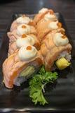 Salmon крен суш с Tamagoyaki на черной керамической плите Стоковые Изображения