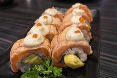 Salmon крен суш с Tamagoyaki на черной керамической плите Стоковые Фотографии RF