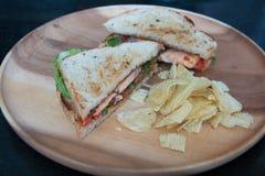 Salmon крупный план сандвича с картошкой обломока томатов Стоковые Изображения