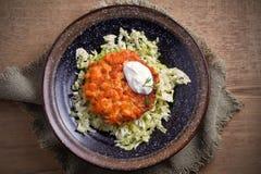 Salmon салат бургера и капусты в шаре на деревянном столе Salmon торт и овощи рыб Стоковое фото RF