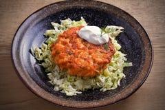 Salmon салат бургера и капусты в шаре на деревянном столе Salmon торт и овощи рыб Стоковые Фото