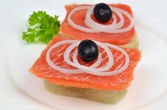 Salmon сандвичи с луками и черными оливками Стоковое фото RF